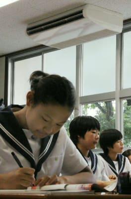 教室に設置されたエアコン。冷房の中で勉強する生徒