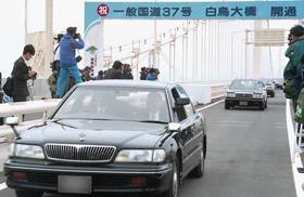 市民の期待を受け完成した白鳥大橋(平成10年6月13日撮影、写真の一部を加工しています)