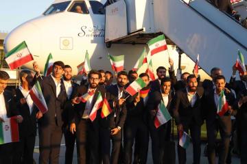 5日、W杯出場国の先陣を切ってモスクワ郊外の空港に到着したイラン代表チーム(ロイター=共同)