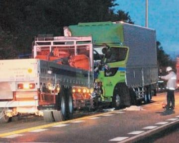 大型トラック同士が正面衝突した=6日午前4時50分、宇佐市南宇佐の国道10号