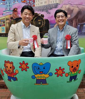 カップに座る加藤市長(左)と杉山会長