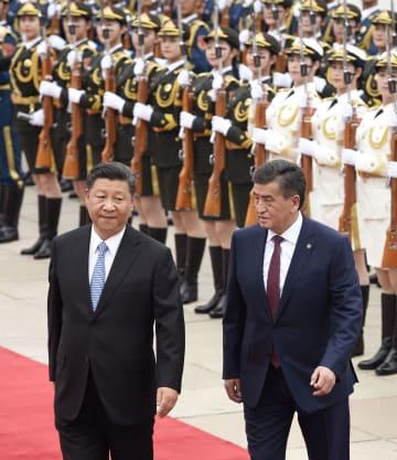 歓迎式典に臨む中国の習近平国家主席(左)とキルギスのジェエンベコフ大統領=6日、北京の人民大会堂(共同)