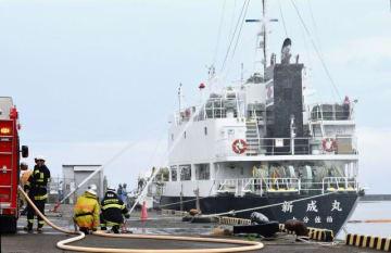 海上火災を想定して消火訓練などを行った海上防災訓練=6日、宮崎市・内海港