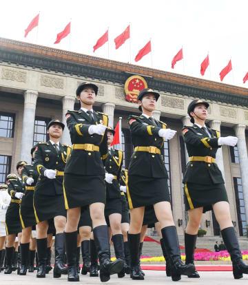 歓迎式典を前に行進する女性儀仗兵=6日、北京の人民大会堂(共同)
