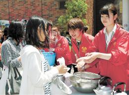 炊き出し訓練に参加する女子学生ら=2日、仙台市青葉区の東北福祉大ステーションキャンパス