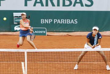 女子ダブルス準々決勝でプレーする穂積(左)、二宮組=パリ(共同)