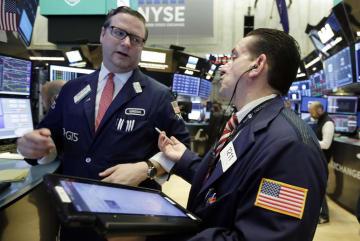 ニューヨーク証券取引所のトレーダーたち=6日(AP=共同)