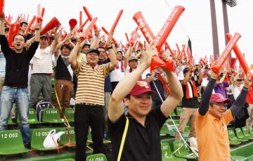 「やったー」「おめでとう」。バルーンスティックを打ち鳴らしながら初優勝に沸くトヨタ自動車東日本応援団=6日、盛岡市・県営球場