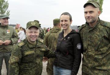 ウクライナ東部ドネツク州で親ロシア派武装勢力のメンバーと記念撮影するロシア人女性歌手のユリア・チチェリナさん(右から2人目)=2017年5月(タス=共同)