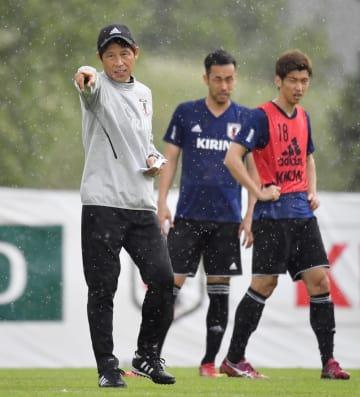 練習中、指示を出す西野監督(左)=4日、ゼーフェルト(共同)
