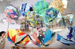 白を基調にした店内に並ぶ色鮮やかな雨傘=神戸市灘区城内通5