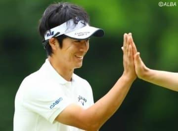 ツアー選手権のプロアマ戦で笑顔でプレーする石川遼(撮影:村上航)