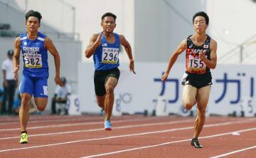 男子100メートル予選 10秒62で決勝進出を決めた宮本大輔(右)=岐阜長良川競技場