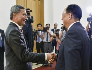 平壌で北朝鮮の李容浩外相(右)と握手するシンガポールのバラクリシュナン外相=7日(共同)