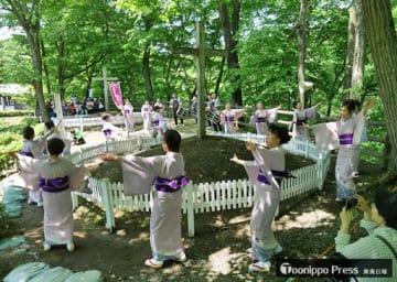 十来塚(中央)の周りでナニャドヤラを踊る村芸能保存会の会員たち