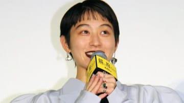 映画「猫は抱くもの」の完成披露試写会舞台あいさつに登場したコムアイさん