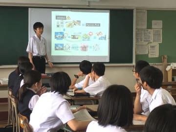 英語の授業で和食の魅力についてプレゼンテーションする生徒=長崎市立山5丁目、長崎東高