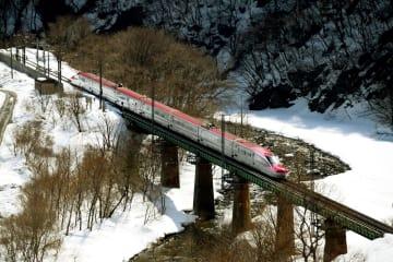 秋田県仙北市の山間部を走る秋田新幹線「こまち」=2017年