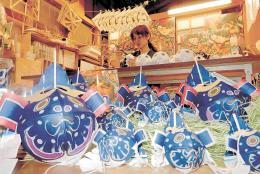 日本代表のユニホームをイメージした「サムライブルー」の金魚ねぷた