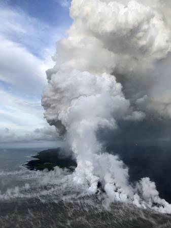 海に流れ込む米ハワイ島キラウエア火山の溶岩流=7日(米地質調査所提供・共同)