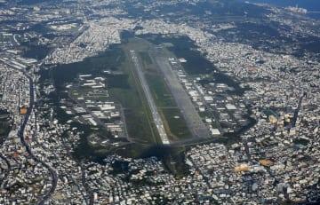 米軍普天間飛行場と周辺の住宅地=2015年、沖縄県宜野湾市