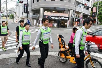 防犯パトロールをする日体大の学生=横浜市青葉区