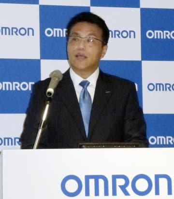 記者会見するオムロンの山田義仁社長=8日午後、大阪市