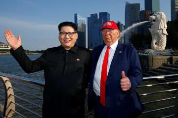 シンガポールで顔を合わせた金正恩氏のそっくりさん、ハワードX氏(左)とトランプ米大統領のそっくりさん=8日(ロイター=共同)