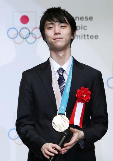 JOCスポーツ賞を受賞し、壇上でインタビューに答えるフィギュアスケート男子の羽生結弦選手=8日午後、東京都千代田区