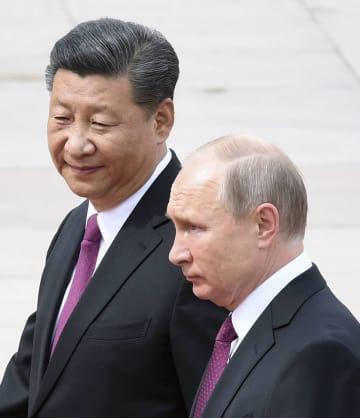 北京の人民大会堂で歓迎式典に臨むロシアのプーチン大統領(右)と中国の習近平国家主席=8日(共同)