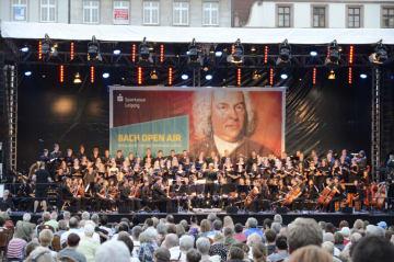 8日、ドイツ・ライプチヒで開幕した「バッハ音楽祭」を楽しむ市民ら(共同)