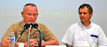 離任を前に記者の質問に答える米海兵隊第3海兵遠征軍のニコルソン中将(左)とエレンライク在沖米総領事=8日、浦添市内