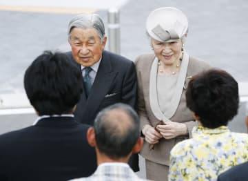 福島県いわき市の復興公営住宅北好間団地に到着し、住民に声を掛けられる天皇、皇后両陛下=9日午後