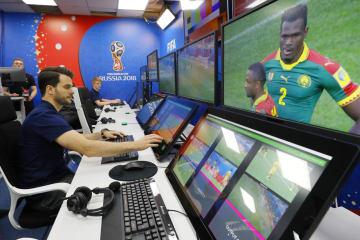 サッカーW杯ロシア大会で導入されるVARの視聴覚室。映像を確認するモニターなどが並ぶ=9日、モスクワ(共同)