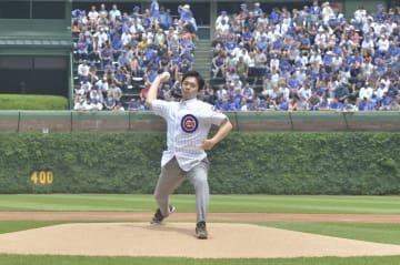 9日、米大リーグ・カブスの本拠地球場リグリー・フィールドで、始球式に登場した吉村洋文大阪市長=シカゴ(共同)