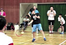ブラインドテニスを楽しむ児童=神戸市垂水区城が山4、県立視覚特別支援学校
