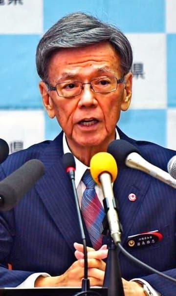 退院後に会見する翁長雄志知事。公務を制限しながら療養を続けている=5月15日、県庁