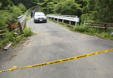 規制線が張られた、女性の遺体が発見された現場付近の道路=10日午前9時16分、静岡県藤枝市