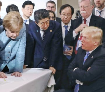 G7サミットでトランプ米大統領(右端)らと話し合う安倍首相(手前左から2人目)。左端はドイツのメルケル首相=9日、カナダ・シャルルボワ(首相官邸のフェイスブックから)