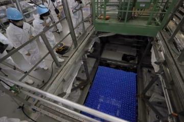 報道陣に公開されたニュートリノ観測装置「スーパーカミオカンデ」のタンク内部=10日、岐阜県飛騨市