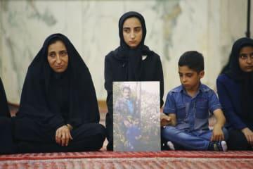 昨年6月に起きた同時テロの犠牲者を追悼する遺族=10日、テヘラン(共同)
