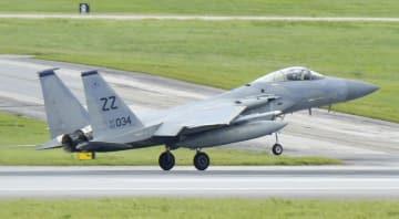 沖縄県の米空軍嘉手納基地で訓練を行うF15戦闘機=2017年5月