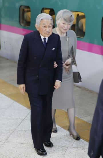 福島訪問を終え、新幹線でJR東京駅に到着された天皇、皇后両陛下=11日午後
