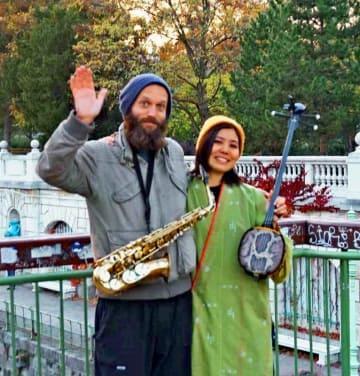 旅行先のオーストリアのウィーンでサックス奏者とセッションする儀間南さん(右)