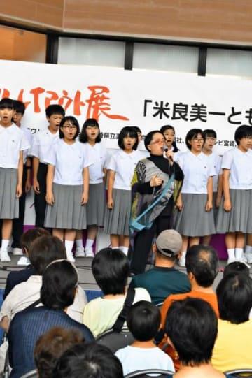 映画「もののけ姫」の主題歌を披露した米良美一さんと宮崎大付属中合唱部=10日、宮崎市・イオンモール宮崎