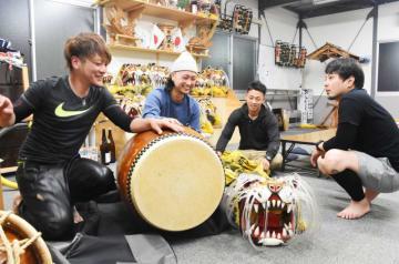 ワークショップで虎舞を披露する(左から)金崎亘さん、藤原真太郎さん、金崎晃洋さん、沢舘健太さん