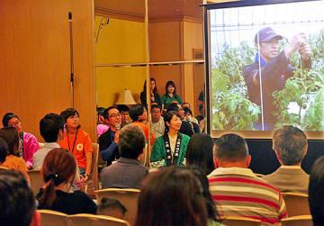 写真を見ながら、移住した理由や現在の暮らしぶりを語る先輩移住者たち=10日、大阪市中央区のシティプラザ大阪