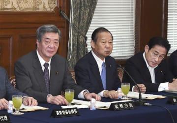 自民党総務会に臨む(左から)竹下総務会長、二階幹事長、岸田政調会長=12日午前、国会
