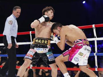 WBAバンタム級世界戦の1回、ジェイミー・マクドネル(右)を攻める井上尚弥=大田区総合体育館