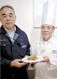 ギンザケのコンフィを手にする田中さん(右)と阿部さん